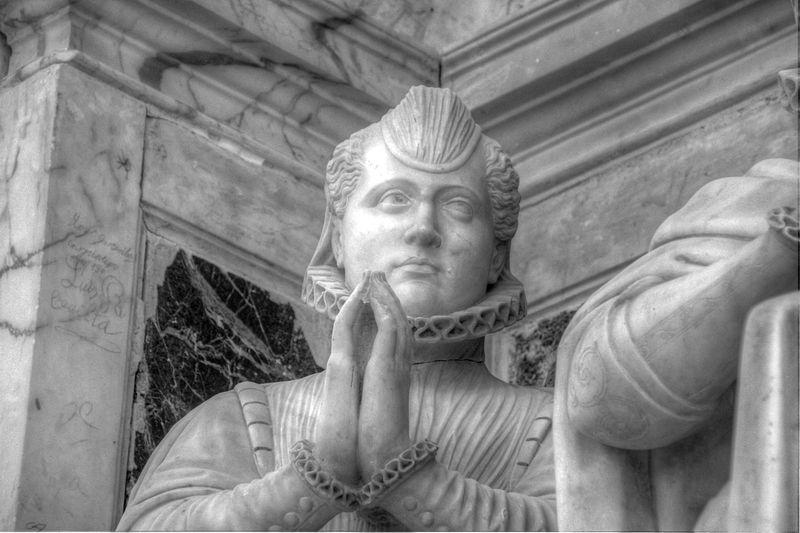 Estatua orante en la Iglesia de San Pedro Mártir - Fotografía de Fjdrevorio