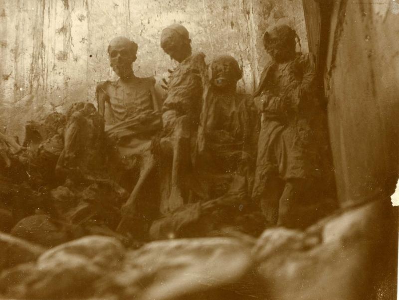 Fotografía de las momias de San Román, de Rodríguez, recuperada por Eduardo Sánchez Butragueño