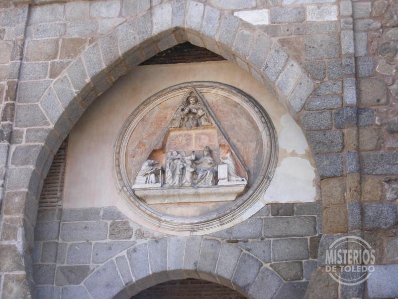 Representación de la imposición de la casulla a San Ildefonso en la Puerta del Sol. Esta escena puede verse en numerosos monumentos de la ciudad.